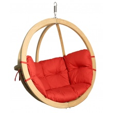Drewniany fotel wiszący z czerwonymi poduchami